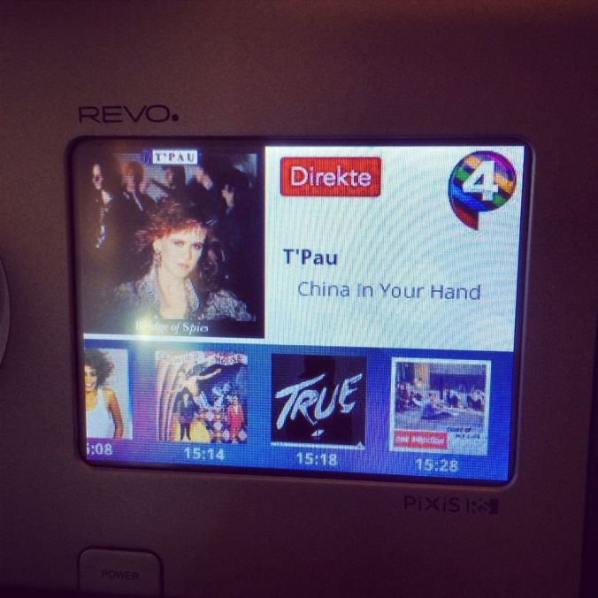 Lurer du på hva forrige sang het? Eller sangen før det? P4 forteller deg på fargeskjermen på REVO Pixis RS.