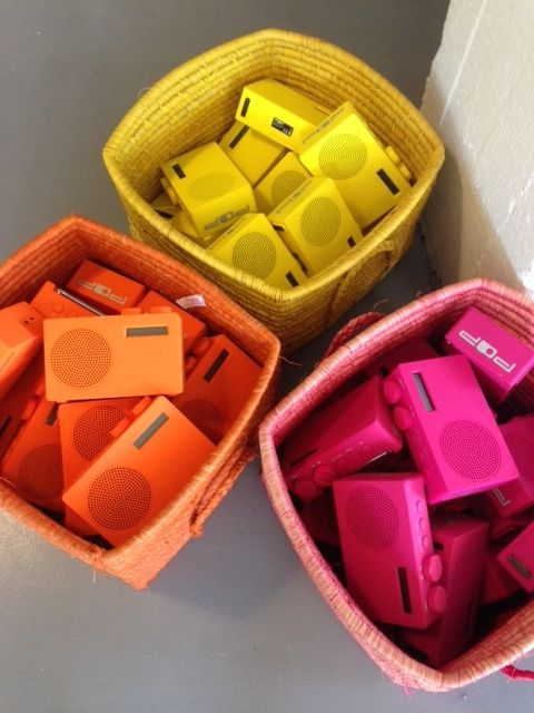 POP finnes i sju farger. De fleste er friske og fine farger som passer godt om sommeren. dab, dab+, fm. Kun 499,-