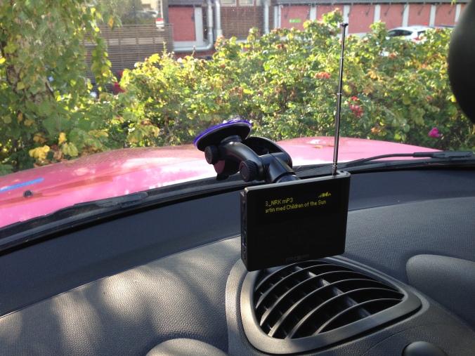 Da dette bildet ble tatt, hørte vi på mPetre. Radioen er festet i vinduet med medfølgende sugekopp. Utover dette er det INGEN installasjon, og ingen kabler.