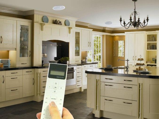 KB Sound iSelect vil passe i alle tak hvor du kan felle opp en høyttaler (eller downlight).