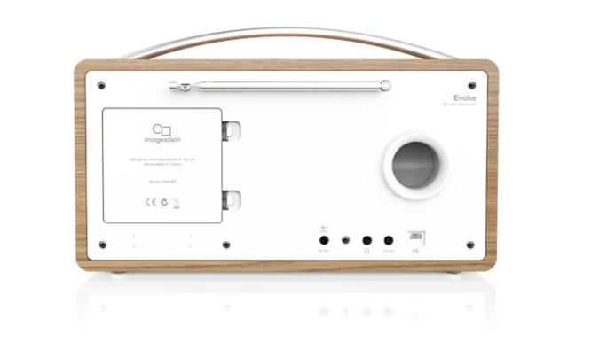 Et basshorn på baksiden sikrer varm og fin lyd i stereoradioen Pure Evoke D6
